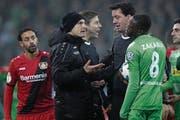 Diskussion nach der Schwalbe von Leverkusen-Trainer Heiko Herrlich (mit Mütze). (Bild: Friedemann Vogel/EPA (Mönchengladbach, 20. Dezember 2017))