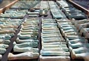 Krüge aus Alabaster (oben), 1000 Statuetten (links) und Sarkophage aus Holz und Stein sind unter anderem bei Ausgrabungen nahe der Stadt Minia entdeckt worden. (Bilder: EPA/Imago (Ägypten, 24./25. Februar 2018))