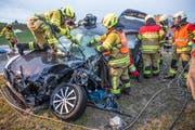 Der 23-jährige Lenker musste von den Rettungskräften aus dem Auto befreit werden. (Bild: FFZ (Menzingen, 22. Januar 2018))