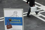 Einem Mann wurde im Zug das Portemonnaie aus seinem Koffer gestohlen. (Bild: Archiv Neue ZZ)