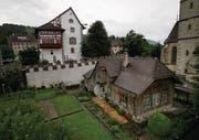 Die Bauhütte mit ihrem Garten, unterhalb der Burg, soll neu genutzt werden. (Bild: Maxine Büschi (Zug, 26. Juli 2017))