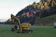 Ein Schwerlasthelikopter flog den Bagger und das Raupenfahrzeug mit dem Sitz (links) gestern zur Ruosalp. (Bild: Matthias Stadler (Bisisthal, 18. Oktober 2017))
