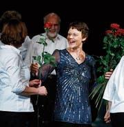 Eine Rose von jedem Orchestermitglied gab es für Dirigentin Corinne Thomann (Bildmitte). (Bild: Stefan Kaiser (Rotkreuz, 4. November 2017))