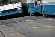 Busse der VBL bei der Bushaltestelle Stampfeli im Obernau. Hier halten die Busse zum Ein- und Aussteigen direkt auf der Strasse. (Bild: Pius Amrein / Neue LZ)