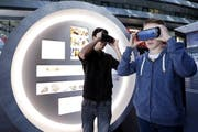 Besucher informieren sich über die neue Ausstellung. Das Bild stammt von der Ausstellung in Zug. (Bild Werner Schelbert)