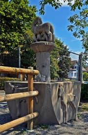 Seit 2009 können sich die Chamer wieder am rund 80 Jahre alten Tierli-Brunnen erfreuen. Er steht auf dem Spielplatz westlich des Schulhauses Kirchbühl. Die historische Aufnahme zeigt ihn an seinem früheren Platz beim Gasthaus Neudorf. (Bilder Andreas Faessler/Archiv Hermann Steiner)