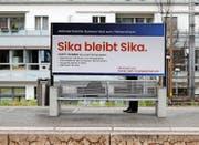 Die Sika-Erbenfamilie Burkard versucht mit einer Plakatkampagne, die Öffentlichkeit von ihrer Position zu überzeugen. Das Bild zeigt ein Plakat beim Bahnhof Baar. (Bild Stefan Kaiser)