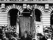 Robert Grimm hat unter anderem den Aufruf zum Generalstreik 1918 verfasst. Hier ist er um 1920 bei einer Rede vor dem Bundeshaus in Bern zu sehen. Bild: Keystone