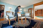 Eine Besucherin begutachtet einen Sessel der neunteiligen Sitzgruppe im Stil von Louis XVI. (Bild Dominik Wunderli)