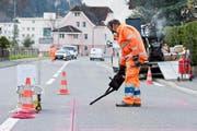 Ein Mitarbeiter der Urner Baudirektion dichtet eine Fuge ab, nachdem eine neue Messstation installiert worden war. (Bild PD)