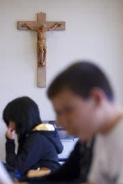 Mittels eines Vorstosses will die Krienser SVP erreichen, dass in den Klassenzimmern wieder Kruzifixe hängen. (Symbolbild) (Bild: Keystone)