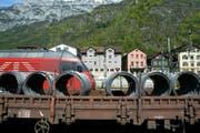 Ein Güterwagen in Erstfeld. Die Gemeinde hat in den letzten Jahrzehnten viele Bahnarbeitsplätze verloren. (Archivbild Keystone/Urs Flüeler)