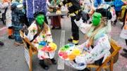 Links: das Duo «Als die Raben noch bunt waren». Auch sonst verwandelte sich Rothenburg in einen kreativen Farbfleck. (Bilder Sandra Monika Ziegler)