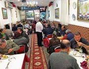 Eines der drei Robin-Hood-Restaurants in Madrid, wo Obdachlose jeden Abend ein Gratismenü erhalten. (Bild: Ralph Schulze)