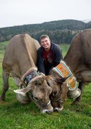 Landwirt Fabian Kempf aus Schwarzenberg zeigt seine Kühe. Links zu sehen ist Agnes, ein Original Braunvieh, und rechts Birke, ein Braunvieh. (Bild Corinne Glanzmann)