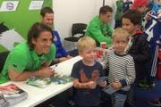 Yann Sommer, David Zibung und Granit Xhaka und ihre kleinen, aber trotzdem grossen Fans. (Bild: pd)