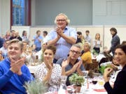«Wundervolle Momente» bereits in der ersten Probe mit Chailly: Solotrompeter Reinhold Friedrich (stehend) beim Abendessen des Lucerne Festival Orchestra. (Bilder Nadja Schärli)