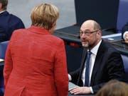 Kanzlerin Angela Merkel spricht im Bundestag mit SPD-Chef Martin Schulz. (Bild: H. Jeon/EPA (Berlin, 21. November 2017))