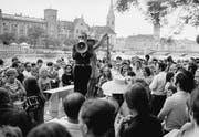 Protestveranstaltung der Frauenbefreiungsbewegung: Die Künstlerin Verena Voiret und Künstler Dieter Meier versteigern am 5. Juli 1969 in Zürich einen Minirock. (Bild: Keystone)