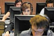 Schülerinnen und Schüler der Kantonsschule Musegg in Luzern arbeiten im Unterricht am Computer. (Archivbild Pius Amrein)