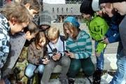Damit ist jetzt Schluss: Schüler mit eingeschalteten Handys. (Bild Erhard Gick/Neue SZ; gestellte Szene)