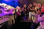 Ty Taylor von Vintage Trouble zeigte beim mitreissenden Konzert am Dienstagabend vollen Körpereinsatz. (Bild: Keystone/Alexandra Wey)
