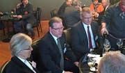 Siegfried und Margrit Aeschi, die Eltern des SVP-Nationalrats Thomas Aeschi, verfolgen die Bundesratswahlen im Grand Café des Alpes, zusammen mit Landammann Heinz Tännler. (Bild Harry Ziegler)