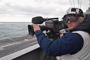 Brian Gottschalk während der Dreharbeiten an Bord der «USS Dwight D. Eisenhower». (Bild: Michael Weinmann/SRF)