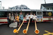In der Skiregion Brunnen und Stoos fährt neu ein Skibus. Am Samstag wurde der Bus mit dem Alphorntrio Alpstübli, Stoos aus der Taufe gehoben. (Bild: Erhard Gick / Neue LZ)