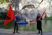 Auf dem Teich vor dem Löwendenkmal bezog die Juso Luzern am Samstag Stellung. (Bild: pd)