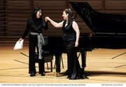Eloquent und gefühlsecht: Pianistin Mitsuko Uchida (links) und Sopranistin Dorothea Röschmann im KKL Luzern. (Bild: Lucerne Festival/Peter Fischli)