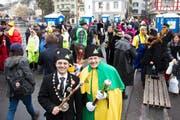 Feierliche Einweihung der Pissallee mit den Toitois auf der Schnyderbrücke durch Wey-Zunftmeister Giulio Capasso (links). (Bild: Manuela Jans / Neue LZ)