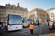 Der Verkehrsdienst am Schwanenplatz wird derzeit von der Sicherheitsfirma Securitas gemanagt. (Bild: Pius Amrein / Neue LZ)