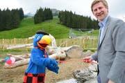 Globi durchtrennt bei der Eröffnung von Globi's Alpenspielplatz auf dem Brunni das Band gemeinsam mit Thomas Küng, Geschäftsführer der Brunni-Bahnen (Bild: PD)