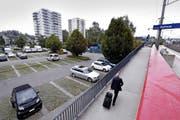 Das Areal bei der S-Bahn-Haltestelle wird sich in den kommenden Jahren markant verändern. Bild: Werner Schelbert (Hünenberg, 20. September 2016)