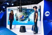 Wir sehen, was Ihr nicht seht: Zwei Besucher tauchen in die virtuelle Realität ab. (Bild: PPR/Jean-Christophe Dupasquie)