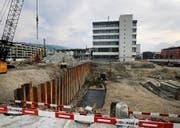 Blick auf die Baustelle, wo links noch abgebrochen und rechts bereits gepfählt wird. Bild: Stefan Kaiser (Zug, 10. Oktober 2016)