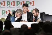 Von links: Italiens Premier Paolo Gentiloni, sein Vorgänger Matteo Renzi und PD-Parteichef Matteo Orfini stecken am Parteitag die Köpfe zusammen. Bild: Giuseppe Lami/EPA (Rom, 19. Februar 2017)