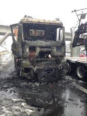 Auf der Zuger Autobahn ist ein LKW ausgebrannt. (Bild: Zuger Polizei)