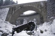 Der Personenwagen nach dem 20-Meter-Sturz in die Meienreuss. (Bild: Kapo Uri)