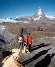 Gruppenbild mit Matterhorn und Bernhardiner: 10,7 Prozent weniger japanische Touristen besuchten bislang in diesem Jahr die Schweiz. (Bild: Keystone/Bernd Jonkmanns)
