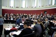 Das Parlament hört während der Debatte über den Aufgaben- und Finanzplan dem Votum von SVP-Kantonsrat Marcel Omlin zu. (Bild Nadia Schärli)