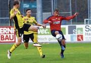 Chams Marco Trachsel im Duell mit Yanik Bovay (links) und Timothie Zall von Bavois. (Bild: Werner Schelbert (Cham, 11. November 2017))