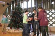 Es werde Licht: Schüler der HPS Willisau schalten zusammen mit CKW-CEO Felix Graf die Weihnachtsbeleuchtung ein. Auf dem Dach des Schulhauses in Willisau wird seit Dezember 2015 Solarstrom produziert. (Bild: PD)