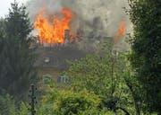 Das brennende Wohnhaus in Reussbühl. (Bild: Leserbild Walter Müller)