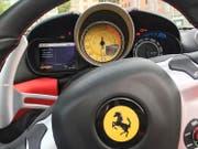 Rot und Gelb: eine sportliche Farb-Kombination à la Ferrari. (Bild Jürg Weber)