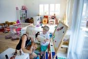 Kindertagesstätten spielen in vielen Familien eine Rolle bei der Kinderbetreuung. Im Bild Betreuerin Laura Muhmenthaler und Lejan in der Kita Gummistifu in Ennetmoos. (Bild: Corinne Glanzmann / Neue NZ)