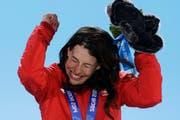 Dominique Gisin jubelt nach dem Gewinn von Gold bei der Siegerehrung in Sotschi. (Bild: Keystone)