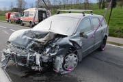 Dieses Auto brannte nach dem Unfall. Mit Feuerlöschern wurde das Feuer bekämpft. (Bild: Luzerner Polizei)