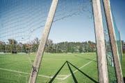 Die Gemeinde will die Sportanlagen sanieren und erweitern. Das Bild zeigt das Areal an der Buonaserstrasse, auf dem das Kunstrasenfeld entstehen soll. (Bild: Patrick Hürlimann (Rotkreuz, 15. Oktober 2017))